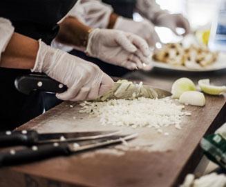 cocina de un restaurante manipulando comidad